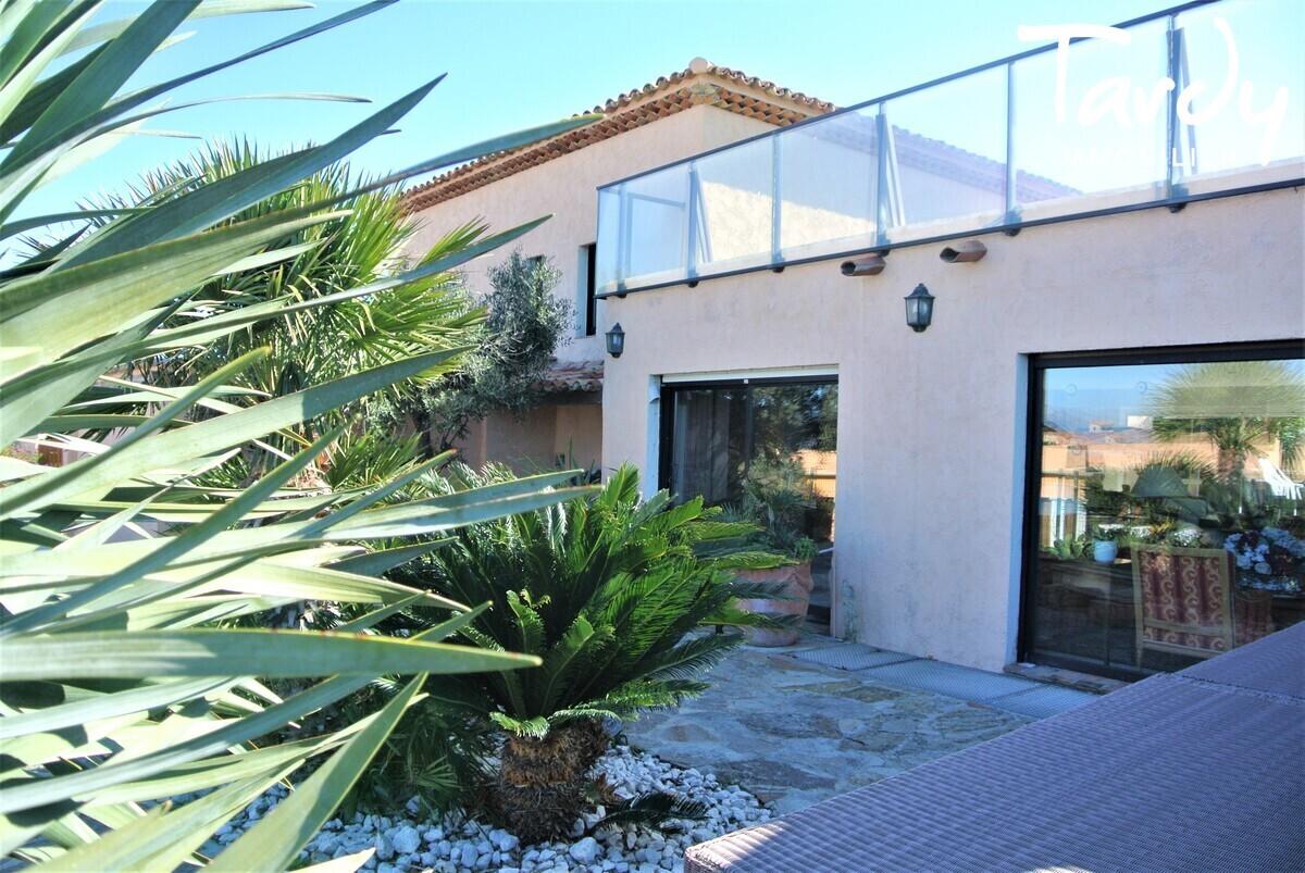 Grande villa, pieds dans l'eau domaine privé - La Madrague 83400 Hyères - Hyères - Villa pieds dans l'eau