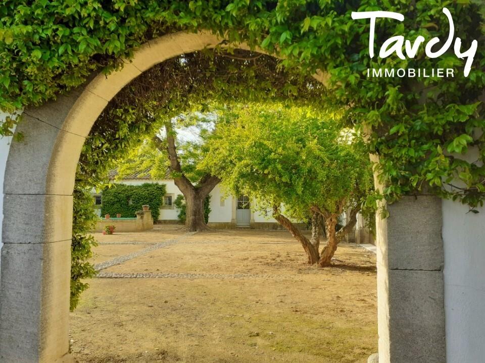 Domaine de caractère sur 160 hectares - 30 minutes Aix en Provence - Arles