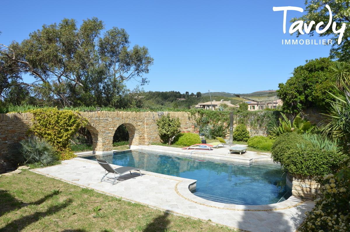 Caractère d'une batisse en pierre, vue mer et collines - 83740 La Cadière d'Azur - La Cadière-d'Azur
