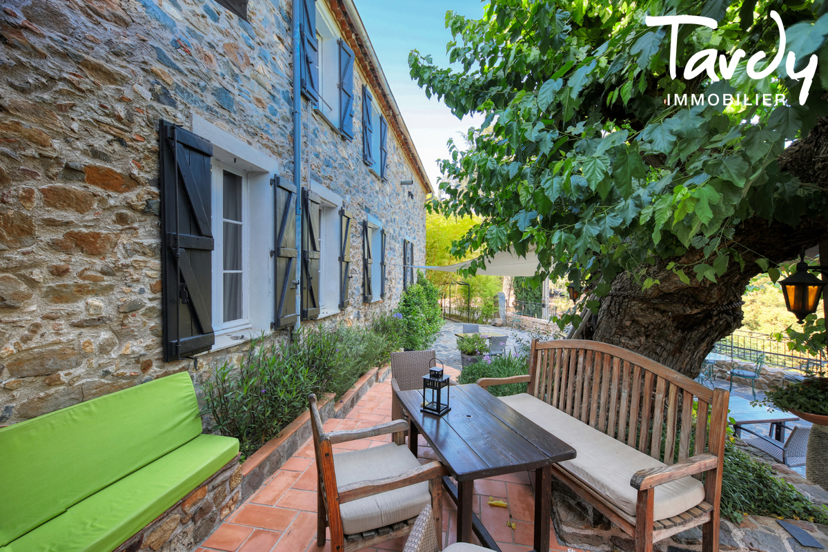 Bâtisse historique  du 16ème  sur 6 hectares- 83310 GRIMAUD - Grimaud - Domaine  à vendre dans les vignes hectares